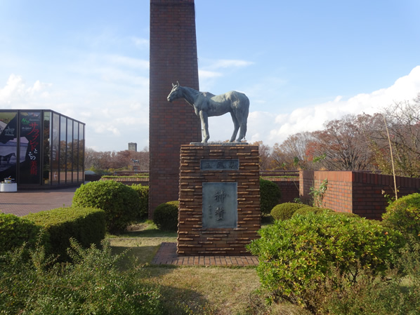 名馬シンザンの像