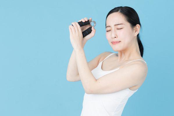ガチホのイメージ ハンドグリップを握る女性